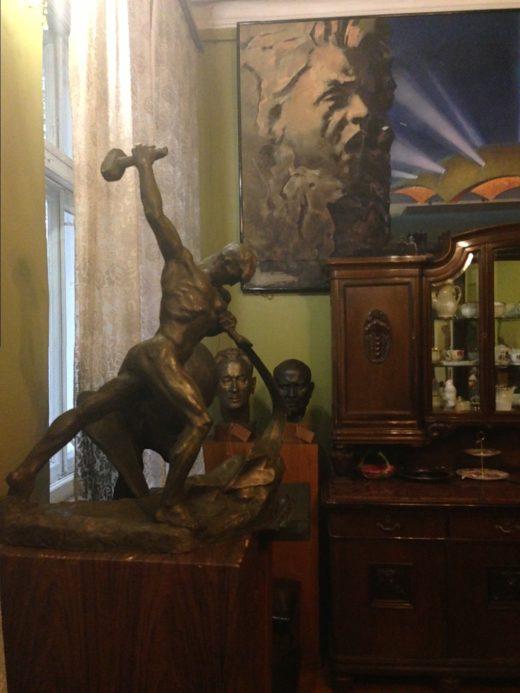 В доме, построенном в 1950-х гг. в Петровско-Разумовском (Тимирязевская ул., 33), много мемориальных вещей, много работ самого Вучетича, от осенних холодов спасет действующий камин... Ощущение, что мастер здесь, но на минуту вышел