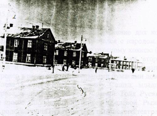 2-й Астрадамский тупик - это десять похожих друг на друга 2-х этажных деревянных корпусов (в годы войны 7-й и 9-й корпуса сгорели), в каждом корпусе похожих 36 комнат (10Х20 м2).