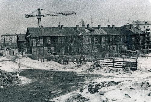 Последний день барачного посёлка во 2-м Астрадамском тупике (бывшие №№ 6, корпуса 5 и 6). В соседнем доме провел детство знаменитый хоккеист Валерий Харламов. Март 1963 года.