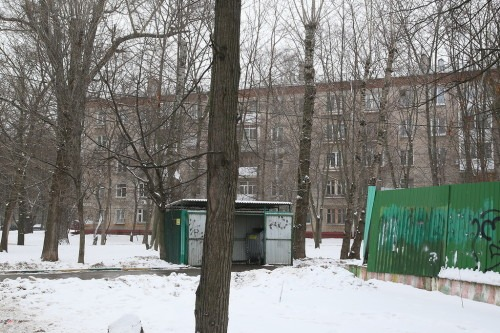 Сейчас на месте дачи Александры Муралёвой стоят мусорные контейнеры и заброшенное здание, огороженное забором.
