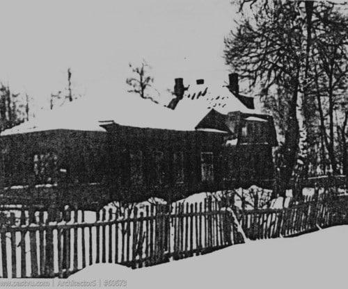 Напротив стояла дача Коверау (Ивановская улица, №22), красивый дом в стиле модерн. К сожалению, качество фотографии оставляет желать лучшего.