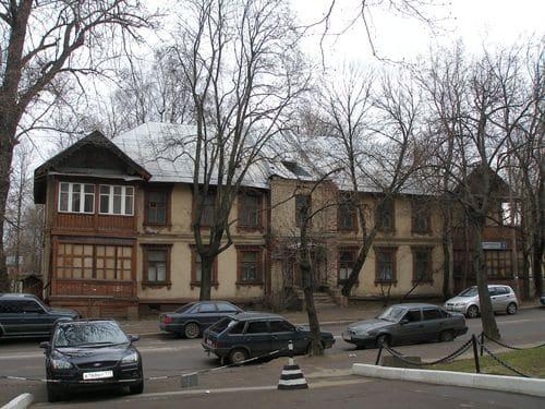 Этот двухэтажный домик стоит в стороне от основных магистралей Тимирязевки, но все равно обращает на себя внимание.