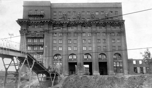 Нельзя не обратить внимание еще на одну постройку на площади — господствующий над ней жилой дом с огромными колоннами, построенный в конце 1930-х годов.