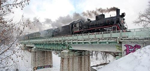 В выходные дни с шумом и свистом пересекает Дмитровское шоссе и Тимирязевскую улицу старенький паровозик, с двумя зелеными вагончиками. Здесь пролегает экскурсионный маршрут  ретропоезда.