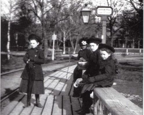 На фотографии 1904 года девушки ждут паровой трамвай (паровичок) на остановке «Ивановский проезд». Но это совсем не нынешний Ивановский проезд около восточной границы парка «Дубки».