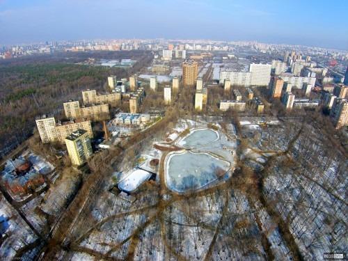 Парк Дубки с воздуха. Вид с высоты 140 метров в сторону области над парком Дубки на сам парк и декоративный пруд в нем.