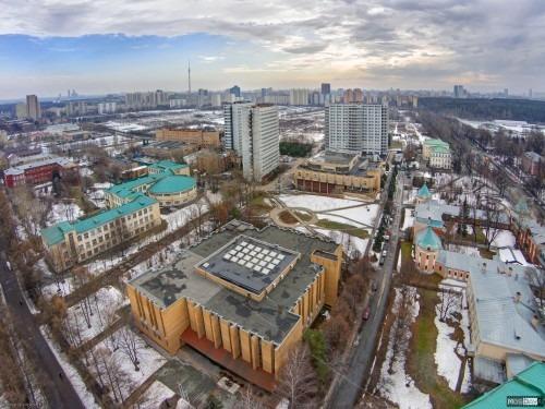 """Библиотека и общежития МСХА сверху"""" Вид с высоты 70 метров на 12-й корпус (с полукругом), библиотеку МСХА (в нем и приемная комиссия) и общежития №8 (1984 года), №7 (1979 года) и №9 (1991 года)."""