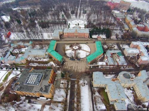Вид с воздуха на Сельхозакадемию. Вид вниз на ТСХА с высоты 140 метров. Вверх уходит парк ТСХА, вниз - учебные корпуса. По середине проходит Тимирязевская улица и ниже - Тимирязевский проезд.