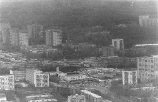А вот так выглядело это место в конце 90-х годов XX века. На снимке уже виден храм Храм Святителя Николая у Соломенной сторожки.