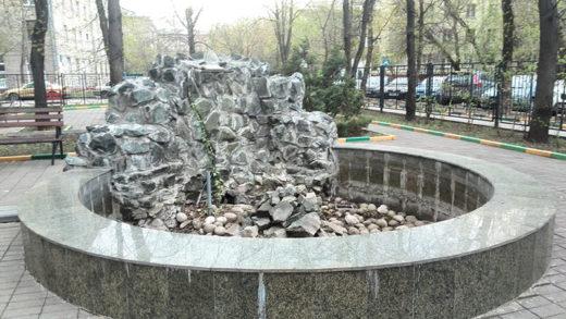 """А вот небольшой фонтан-водопад у Управы Тимирязевского района так и не заработал. Видать, он не относится к фонтанному """"хозяйству"""" города, хоть он и обозначен на Яндекс-картах."""