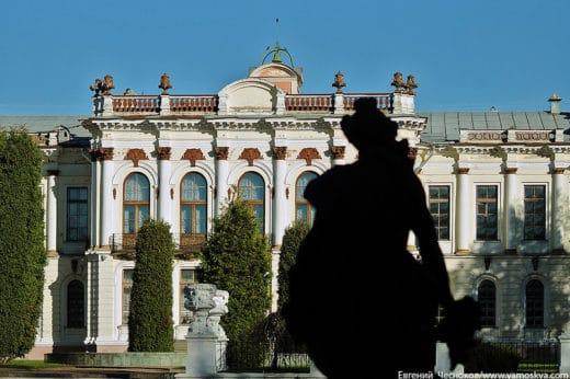 Тимирязевская Академия - не только крупнейший вуз, готовящий профессионалов для сельского хозяйства, но и чудесный уголок старой Москвы, где соседствуют Бенуа и Иофан, в парке резвятся античные персонажи, а на зоостанции мычат живые коровы.
