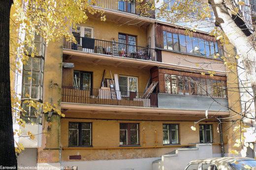 Некоторые жилые дома в Красностуденческом проезде были построены в 1935-1938 годах как общежития и, по словам местных жителей, в них квартировали как раз студенты-тимирязевцы.