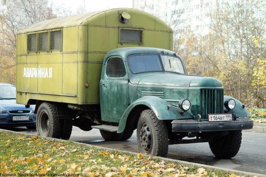 Ретроатмосферу дополняет грузовик ЗиЛ-150 (или ЗиЛ-164) - рабочая лошадка советского народного хозяйства 1950-1960-х годов с аварийным кунгом.