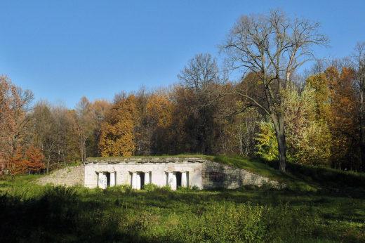 Грот на берегу Большого Садового пруда, созданный в 1806 году Адамом Менеласом в духе античных греческих построек, к началу XX века сильно обветшал и служил местом конспиративных встреч революционеров.