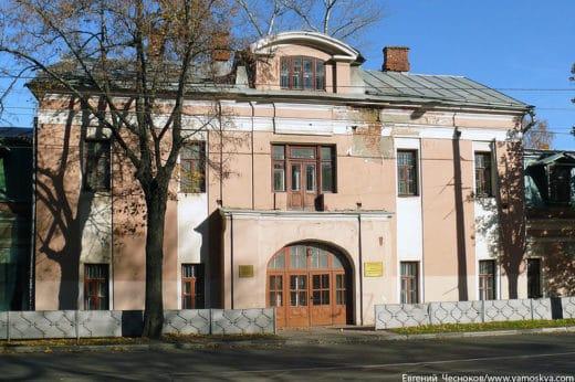 Здание Фермы и Молочного завода - самое старое ныне сохранившееся сооружение усадьбы Петровско-Разумовское, возведено в 1755 году архитектором Валлен-де-ла-Мотом.