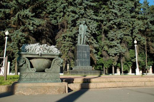 Василий Вильямс - русский и советский почвовед-агроном, академик АН СССР, один из основоположников агрономического почвоведения. Памятник Вильямсу на месте храма был установлен в 1947 году.