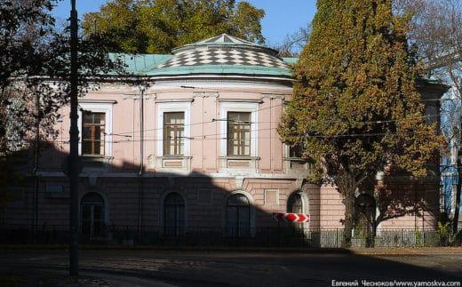 """Здание по улице Прянишникова (13 учебный корпус) называют """"Лесной кабинет"""". Особняк был построен 1760-х годах, в разное время в нём размещались манеж при конном заводе, дача, студенческая столовая. С 1887 по настоящее время - Лесной кабинет (кафедра и библиотека Дендрологии)."""