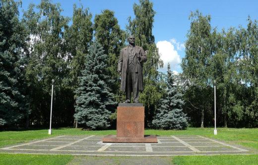 Сохранился и обязательный для любого советского учреждения памятник Владимиру Ильичу Ленину.