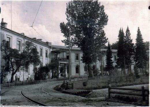 Здания XVIII века на Петровской площади, два симметричных корпуса - Северный и Южный флигели, в 11 корпусе располагались студенческие номера Петровской академии, затем здесь размещались химические и животноводческие кафедры.