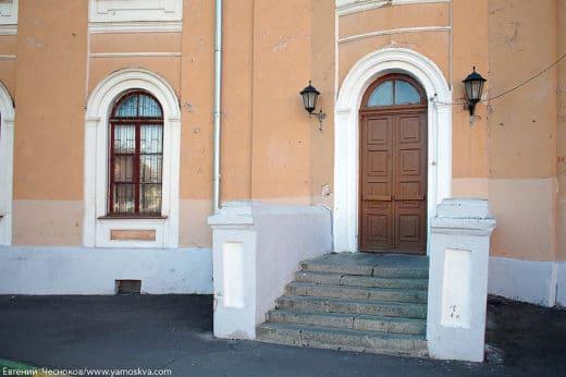 Здания XVIII века на Петровской площади, два симметричных корпуса