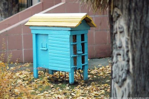 Учебно-опытная пасека основана в 1868 году. Приближаться к ульям небезопасно, вдруг это какие-нибудь неправильные пчёлы.