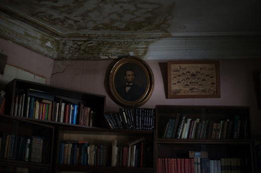 На фото портрет президента США Авраама Линкольна и преподавательский состав и студенты Сельскохозяйственного института, 1898-й год. Виден «мраморный» потолок.