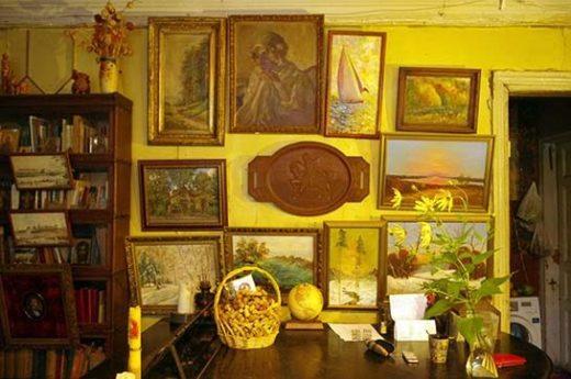 По всему дому висят картины. Автор большинства из них — покойный отец Марии Вильямс, Вадим Макаровский, режиссёр ТЮЗ и художник-самоучка.