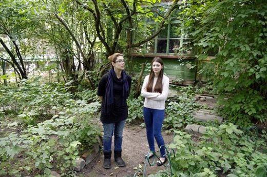 Мария Вильямс со старшей дочерью Анастасией в саду