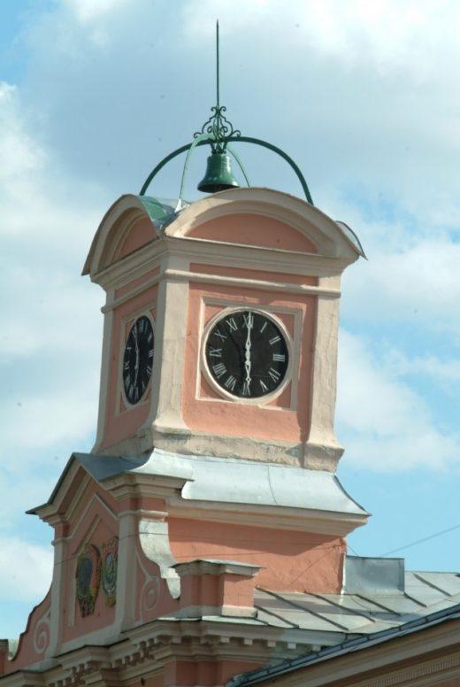 Современные часы, размещенные на главном корпусе академии, сделаны Владимиром Викторовичем Ростковым