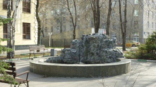Также не заработал и фонтан у Управы Тимирязевского района. Хотя чему тут удивляться: в прошлом году сезон фонтанов был открыт 28 апреля, а фонтан у Управы заработал лишь 14 мая.