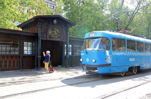 """В Москве отреставрировали старинный трамвайный павильон. Остановка """"Красностуденческий проезд"""" на Тимирязевской улице считается старейшей в столице."""