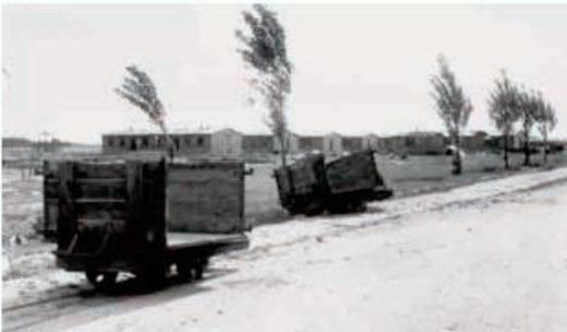Кладбище находилось в 2,5 километрах от главного входа лагеря. Трупы везли на тележках полевой железной дороги.