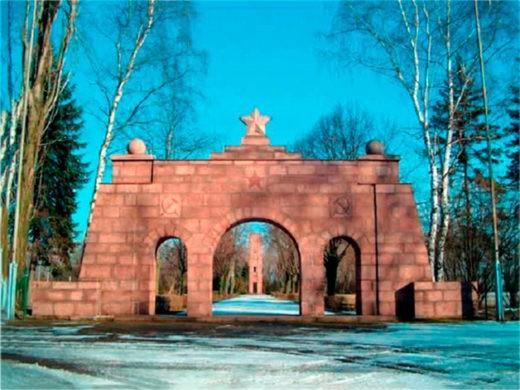 Портал из красного гранита, мемориальный комплекс Эренхайн Цайтхайн, 2003 год.