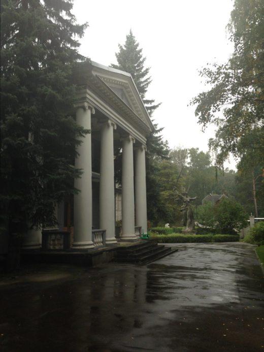 Этот московский дом вы не видели и не знаете! Только по скульптуре-Родины-матери, модели той, что стоит на Мамаевом кургане в Волгограде можно понять что речь идет о даче-мастерской знаменитого советского скульптора Е.В. Вучетича.