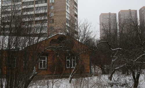 Начинается улица с бывшей дачи Раевских 1870-х гг., которая была передана советской властью селекционеру Петру Ивановичу Лисицыну, работавшему в Тимирязевской академии неподалеку.