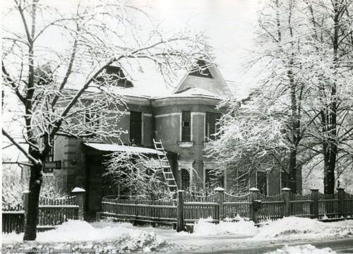 Дом 24 сохранился до наших дней. Это была дача чаеторговцев Поповых. После революции до 1938 года в ней располагалась школа, затем Отделение милиции, для которого лет 30 назад построили новый дом рядом.