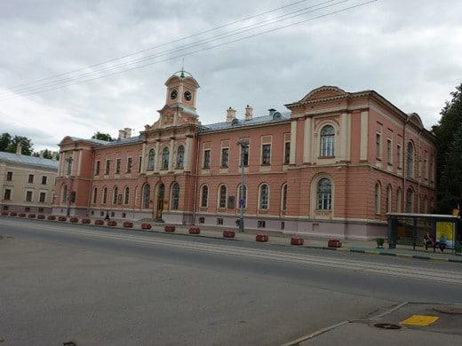Окна здания были застеклены особенными финскими сферическими стеклами, купленными архитектором на Всероссийской выставке 1864 года в Москве.