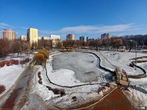 Пруд в парке Дубки. Вид с высоты 15 метров на малый из двух прудов в парке Дубки и мостик через него. Дома по улице Немчинова.