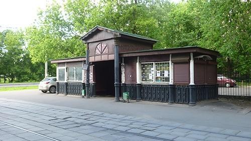 Старейший остановочный трамвайный павильон, построенный в Тимирязевском районе Москвы еще в XIX веке, будет выставлен на торги по программе льготной аренды памятников.