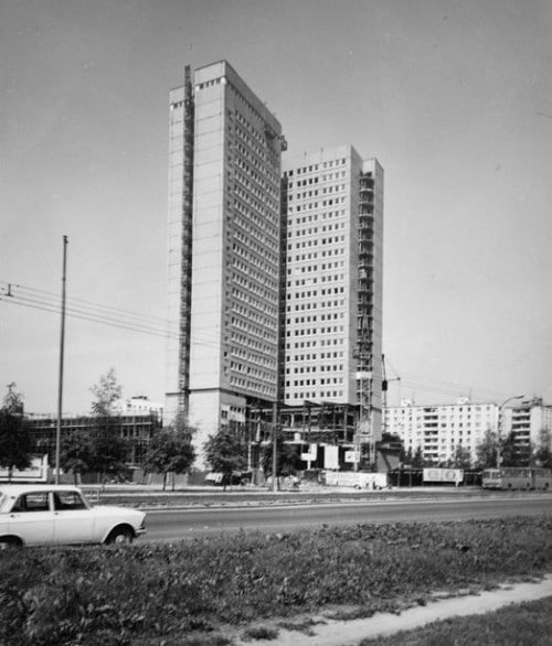 Гостиница «Молодежная», расположенная на Дмитровском шоссе, была построена к Олимпийским играм 1980 года.