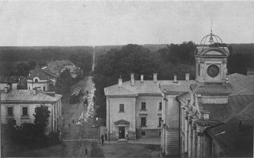 В 1860-е гг., когда в пригородной усадьбе Петровско-Разумовское создавалась Петровская земледельческая и лесная академия, улицу продлили до Башиловской. Для этого дорогу специально прорубили в лесу.