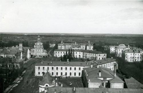 С приходом советской власти улицу начали активно перестраивать. Сравните фото (1915 г.) с тем, что представлено ниже (1934–1935 гг.).