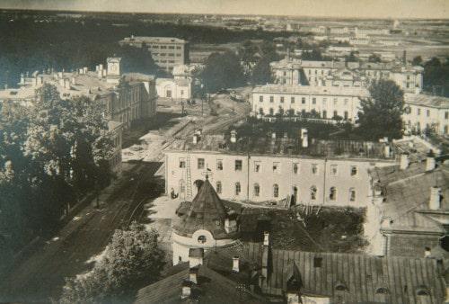С приходом советской власти улицу начали активно перестраивать. Сравните фото выше (1915 г.) с тем, что представлено здесь (1934–1935 гг.).