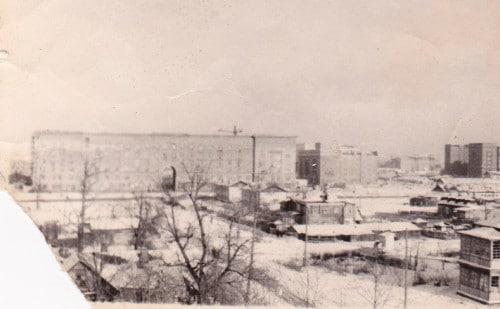 При этом участки улицы в районе пересечения с Астрадамским проездом имели вот такой вид еще в 1955 году.