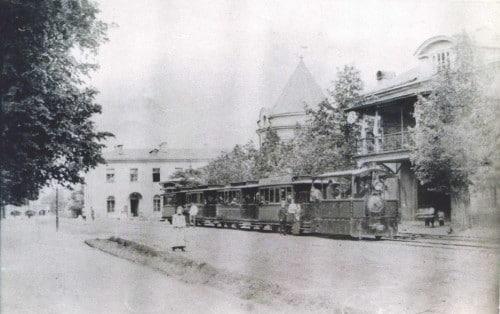 В ноябре 1891 года вместо городской конки с Бутырской заставы по Бутырской улице и далее через поля к Петровской академии (ныне МСХА) по рельсам побежал паровой трамвай или, как ласково его называли люди, паровичок.