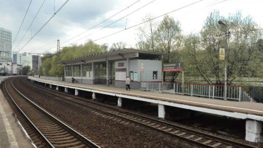 Первая платформа (для поездов из Москвы) — боковая, изогнутая, на ней находится кассовый павильон и расписание движения электропоездов.