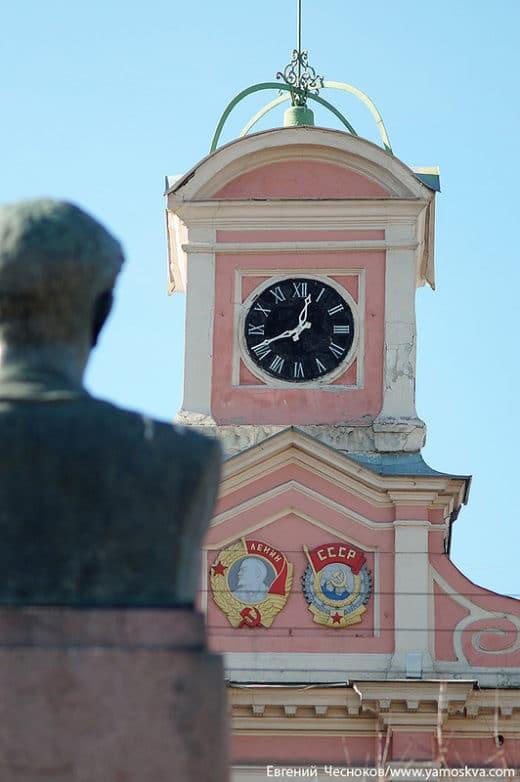 Здание украшено башенкой с часами фирмы братьев Бунетоп. Позднее башенку дополнили изображения ордена Ленина и ордена Трудового Красного знамени.