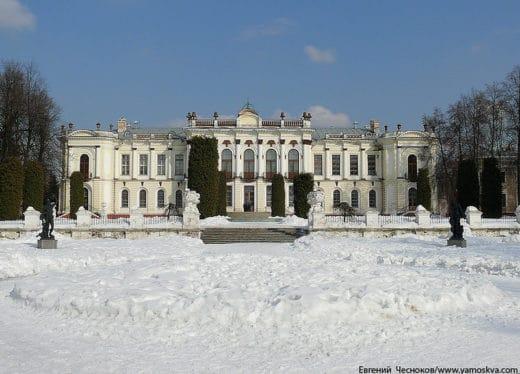 Между особняком и Большим Садовым прудом был разбит парк во французском стиле со скульптурами, вазами и фонтаном.