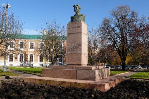 В сквере на площади стоит памятник Клименту Тимирязеву.