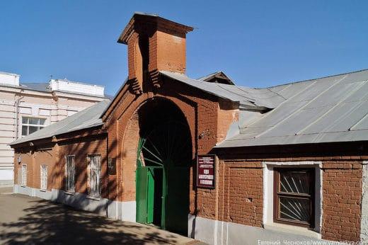 Пожарное депо обустроено в 1864 году архитектором Н.Бенуа в помещениях бывшего каретного двора. Огнеборцы XIX века использовали для передвижения гужевой транспорт, поэтому в депо имелась конюшня. Говорят, что пожарные сами были не слишком осторожны с огнём, и их депо сгорело.